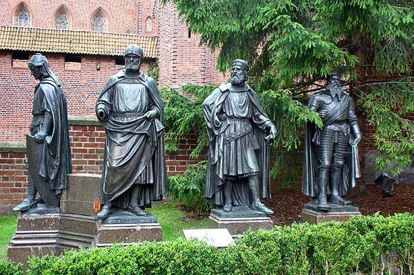 Памятники магистрам Ордена. Фон Книпроде — второй справа.